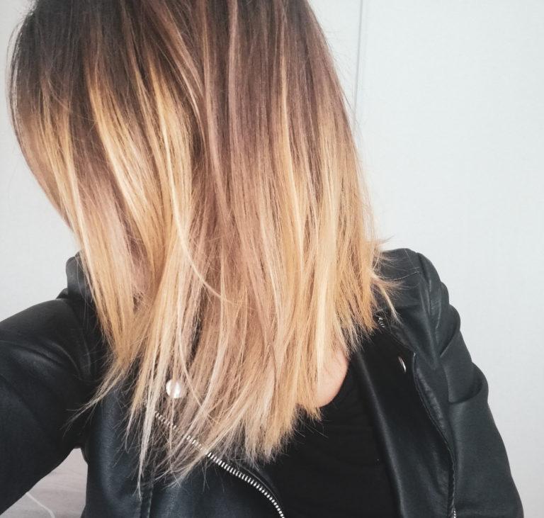 Photo lifestyle retour aux cheveux blonds rentrée