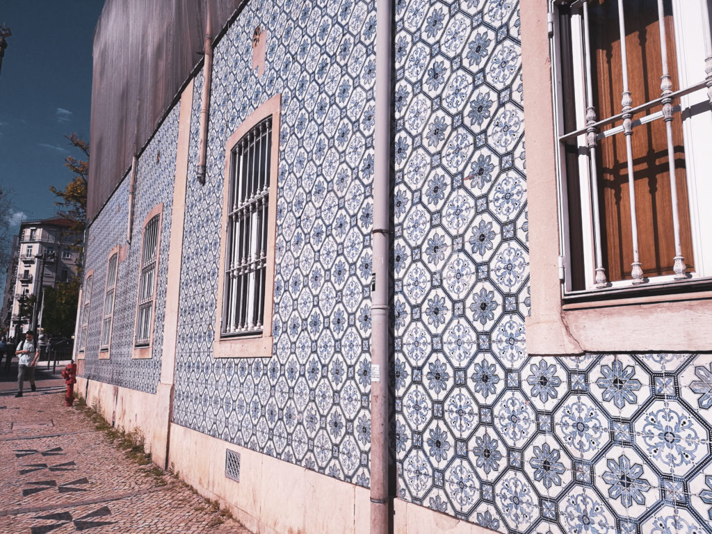 centre-ville-lisbonne-blog facade immeuble azulejo