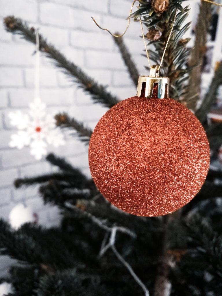 Noel blog décoration boule de noel sapin rouge
