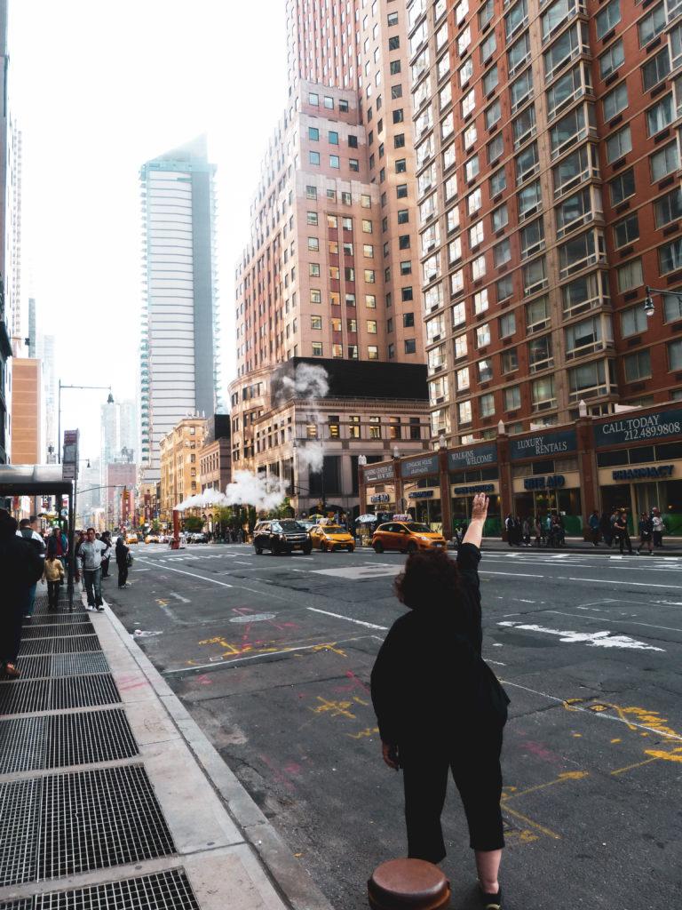 femme hélant un taxi new york