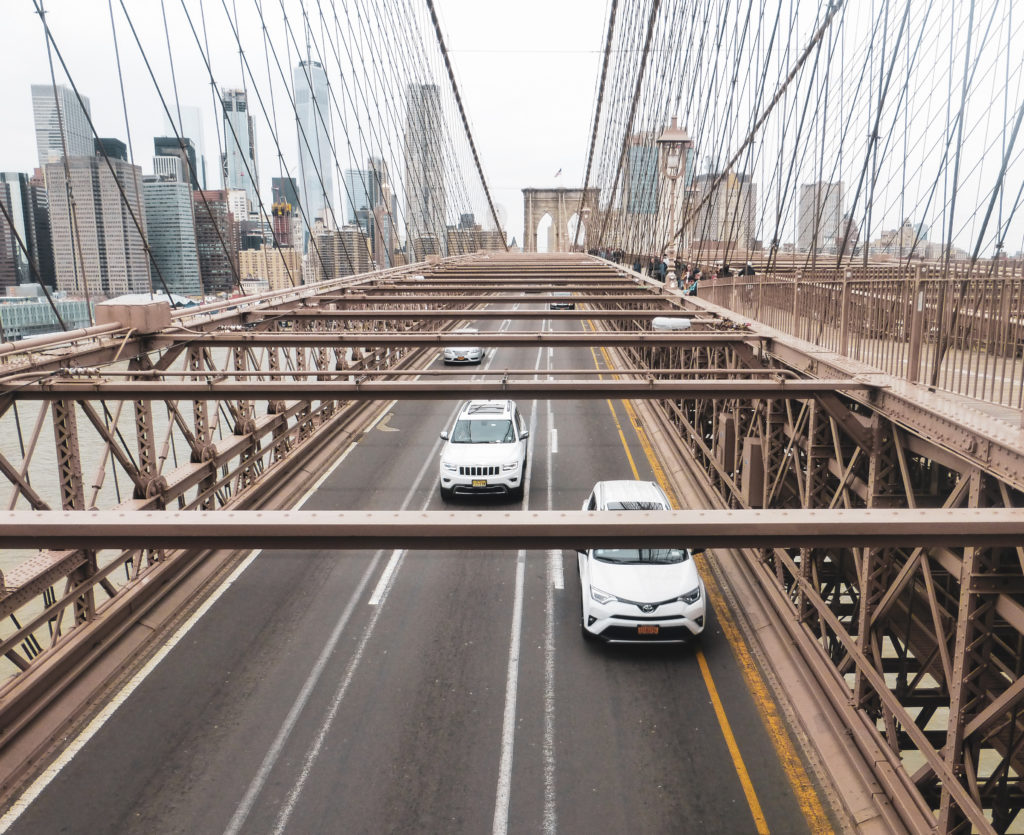 voiture sur brooklyn bridge