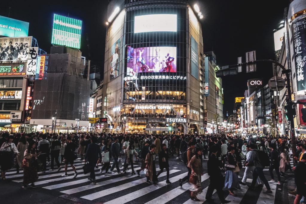Quartier Shinjuku de nuit à Tokyo